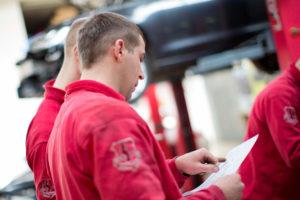 Durchführung der Inspektion nach Herstellervorgaben für BMW Mercedes VW Audi und Smart. Das Team der Autoschmiede aus Berlin ist eine Autowerkstatt, welche die Möglichkeiten hat auf die Informationen des Herstellers zu zugreifen. Daher kann auch der Service in das Online Serviceheft eingetragen werden.