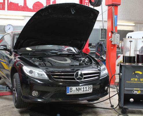Bild über die professionelle Automatikgetriebeölspülung und Wartung an einem Mercedes | Autoschmiede ®