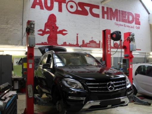 Mercedes Benz auf der Hebebühne